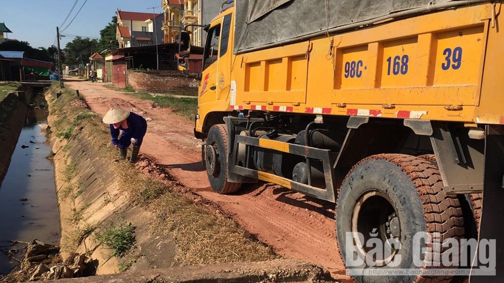 Hiệp Hòa: Ô tô tải trọng lớn chở đất làm hư hỏng đường, kênh mương